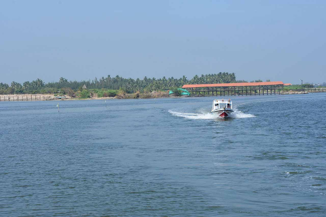 Speed Boat to go to Paradise Beach